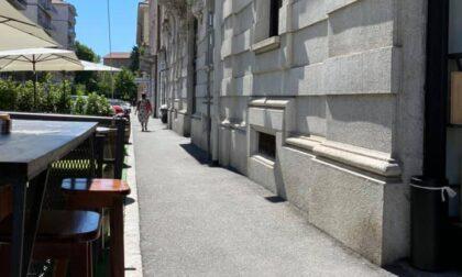Via Paglia, locale mette delle sedie per bloccare i monopattini e viene multato