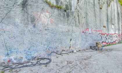 A Riva di Solto sono iniziati i lavori per la rimozione dei graffiti dalla baia del Bögn
