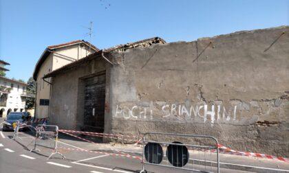 Caravaggio, il tetto di un rudere crolla nella notte. Calcinacci anche in strada