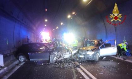 Scontro tra due automobili in una galleria di Lovere: quattro feriti, uno è grave