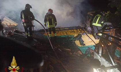 Va a fuoco una canna fumaria, bruciati 100 metri quadrati di un tetto a Castione