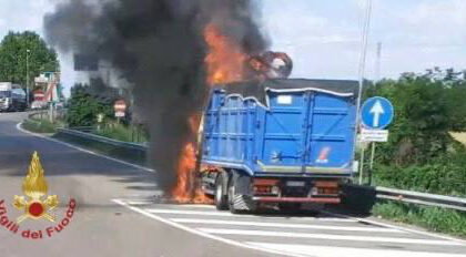 Camion prende fuoco all'altezza dell'uscita del casello autostradale, nessun ferito