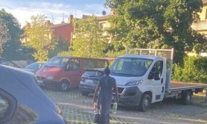 """Nomadi """"occupano"""" un parcheggio in via per Orio, Carrara: «Il Comune sgomberi l'area»"""