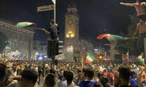 Folla in centro per l'Italia: i video e le foto della festa