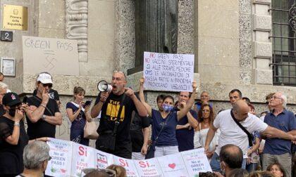 """""""No green pass"""": i manifestanti sfilano senza autorizzazione in centro città"""