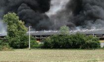 Incendio alla GiòStyle di Urgnano, colonna di fumo nero visibile a chilometri