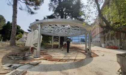 Gli Amici delle Mura bocciano il dehors metallico fuori dal Donizetti: «Inutile e deturpante»