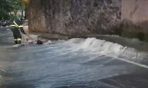 CIttà Alta, si rompe un tubo e via Fara diventa un torrente