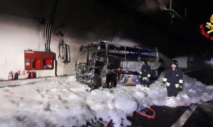 Pullman diretto a Livigno prende fuoco in galleria, 25 ragazzini salvati dall'autista eroe