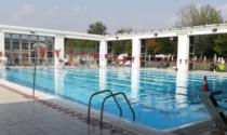 Incidente in piscina: bimba di tre anni finisce sott'acqua, soccorsa in codice rosso