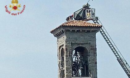 I vigili del fuoco riparano il campanile di San Bernardino a Lallio danneggiato dalla tempesta