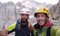 Alpinista rimasto appeso per due ore nel vuoto con la forza delle braccia: alla fine ha ceduto, ma s'è salvato