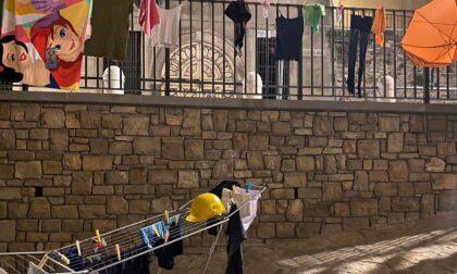 Protesta goliardica a Porta San Giacomo: panni stesi sulla ringhiera