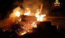 Calcio, va a fuoco un deposito edile: distrutti dalle fiamme pannelli da cantiere e legna