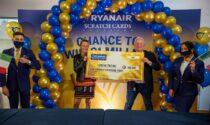 Compra un gratta e vinci di beneficenza su un volo Ryanair e vince centomila euro