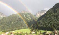 Mezz'ora di tempesta sulle Valli e in città, poi spuntano doppi arcobaleni. Danni in piazzale Alpini e a Treviglio