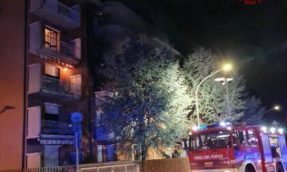 Incendio nella notte in un appartamento a Cene, evacuata l'intera palazzina