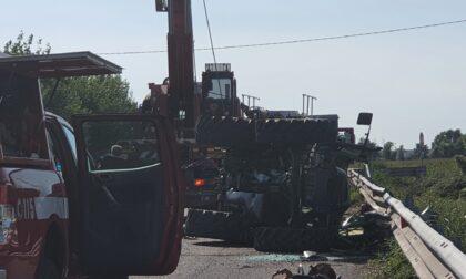 Si ribalta con il trattore contro il guardrail: muore schiacciato un settantenne