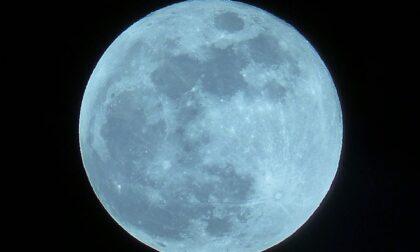 Sognatori: questa notte splenderà la Luna blu, che ricompare circa ogni due anni e mezzo