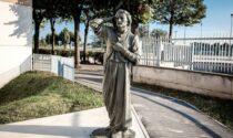 """Nel cortile del Patronato San Vincenzo il vescovo inaugura la scultura """"El Dante"""""""
