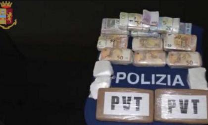 Nei doppi fondi dei sedili 3 chili di coca e 120 mila euro in contanti: in carcere un 25enne