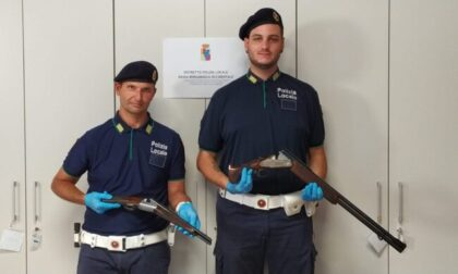 Due fucili rubati (uno a canne mozze) nascosti in una siepe. Sventata una possibile rapina