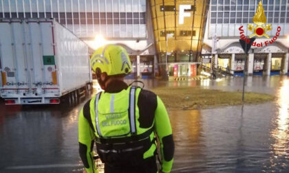 Nubifragio a Malpensa: aerei fermi, automobilisti salvati... in gommone