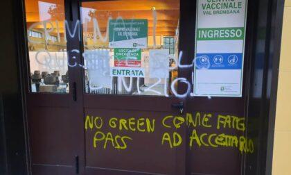 Vandalizzato il centro vaccinale di Zogno con scritte no vax e no Green Pass