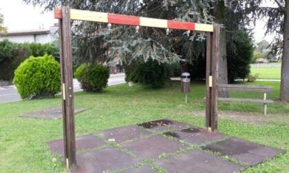 Altalena arrugginita e giochi rovinati: a Valtrighe una colletta per risistemare il parco dei bimbi