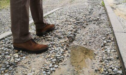 Ogni volta che piove, via San Tomaso bassa diventa un ruscello di acqua e ghiaia