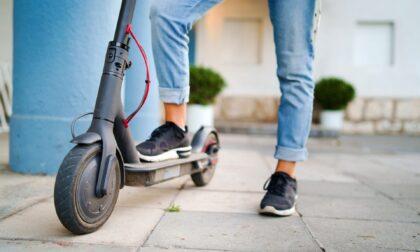 In moto senza patente si scontra con un'auto, torna a casa e prende il monopattino: multato