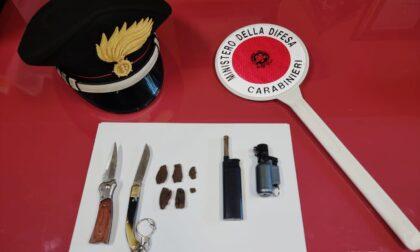 In piazza con hashish e coltelli dalla lama lunga 8 centimetri: arrestato uno spacciatore